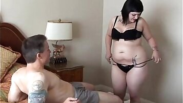 Bbw CD gothic amputee receives a facial and bald nut covered
